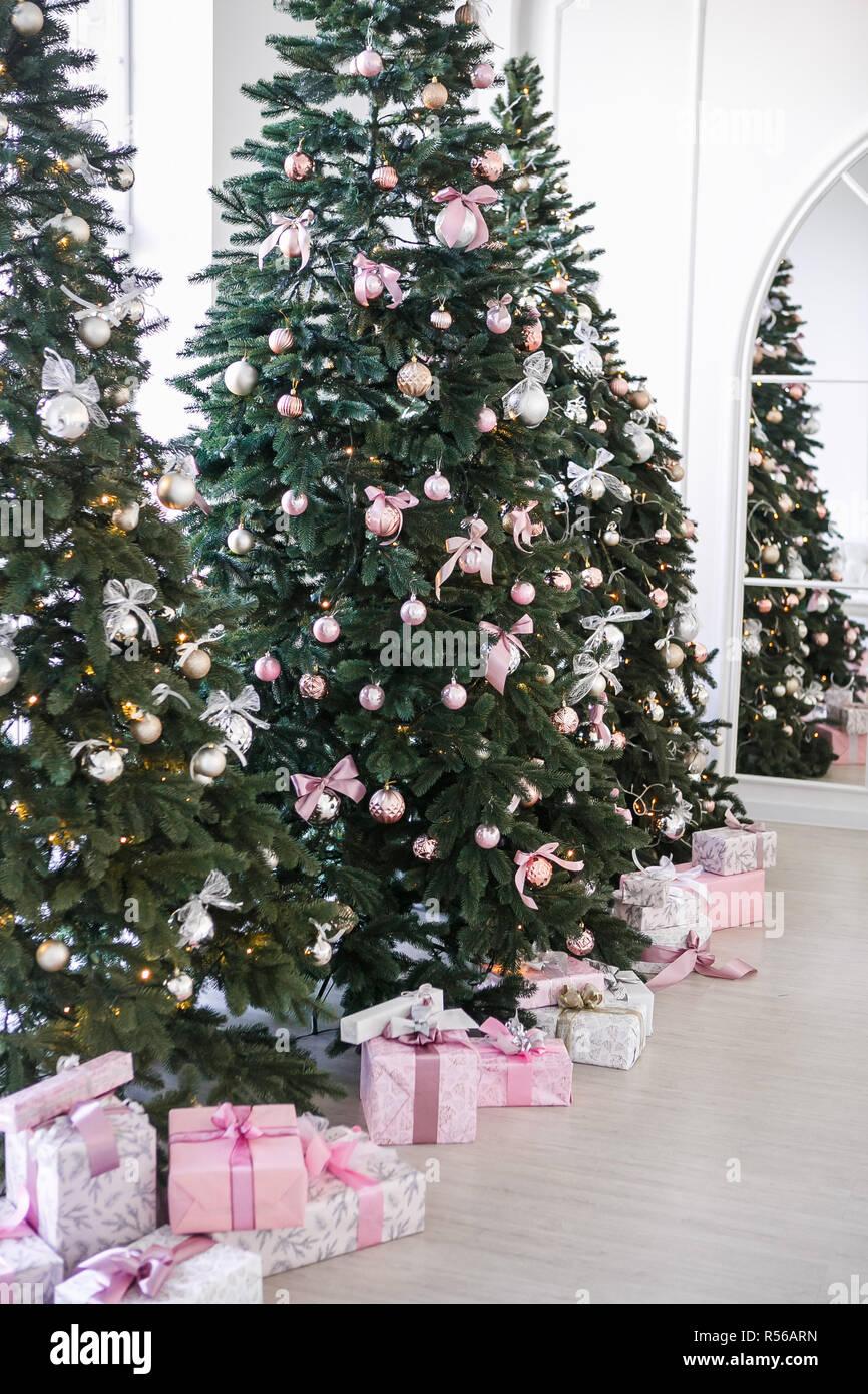 Alberi Di Natale Bellissimi Immagini.Vari Doni Sotto I Bellissimi Alberi Di Natale Foto