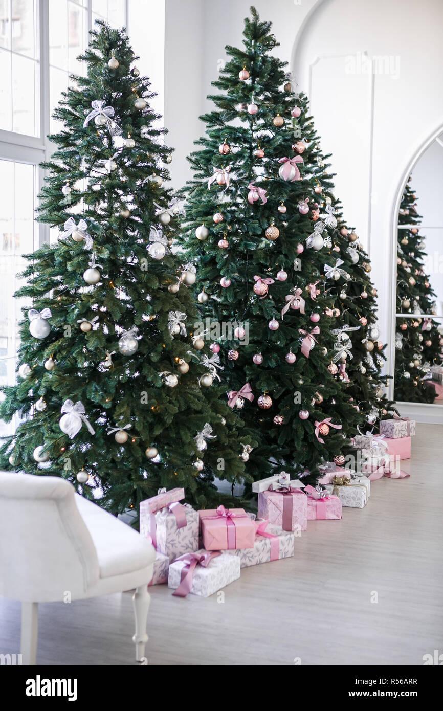 Alberi Di Natale Bellissimi.Vari Doni Sotto I Bellissimi Alberi Di Natale Foto