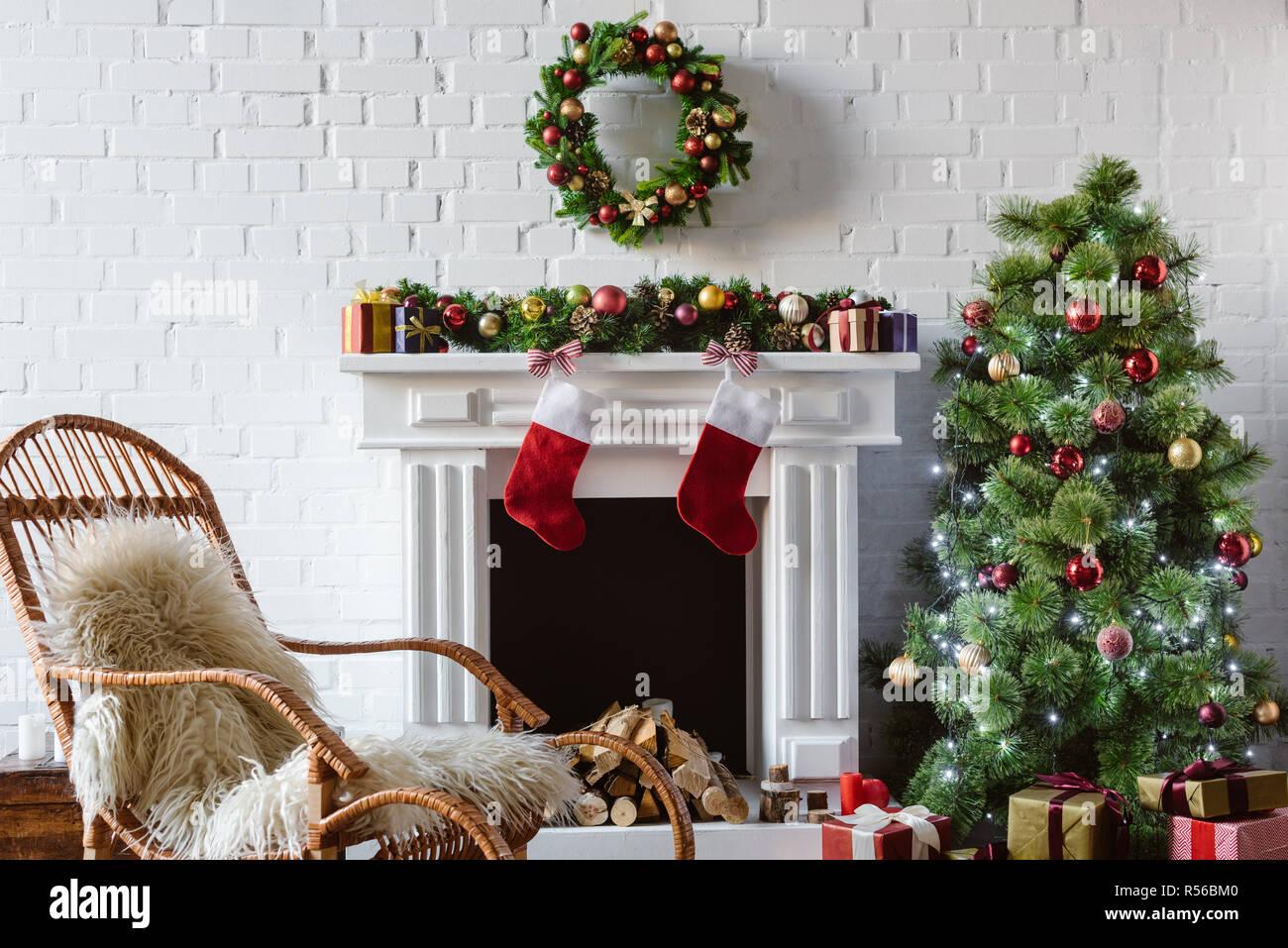 Sedie Decorate Per Natale : Soggiorno con caminetto sedia a dondolo e albero di natale