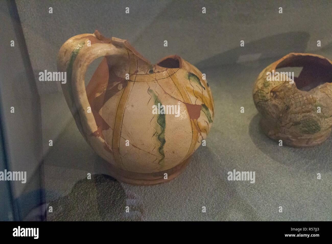 L'Italia, Brescia - 24 dicembre 2017: la vista di antichi oggetti di uso quotidiano nel Museo di Santa Giulia il 24 dicembre 2017. Immagini Stock