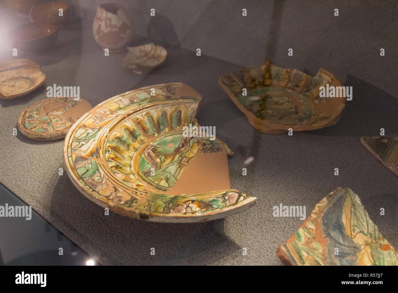 L'Italia, Brescia - 24 dicembre 2017: la vista di antichi oggetti di uso quotidiano nel Museo di Santa Giulia di Brescia, Lombardia, Italia. Immagini Stock