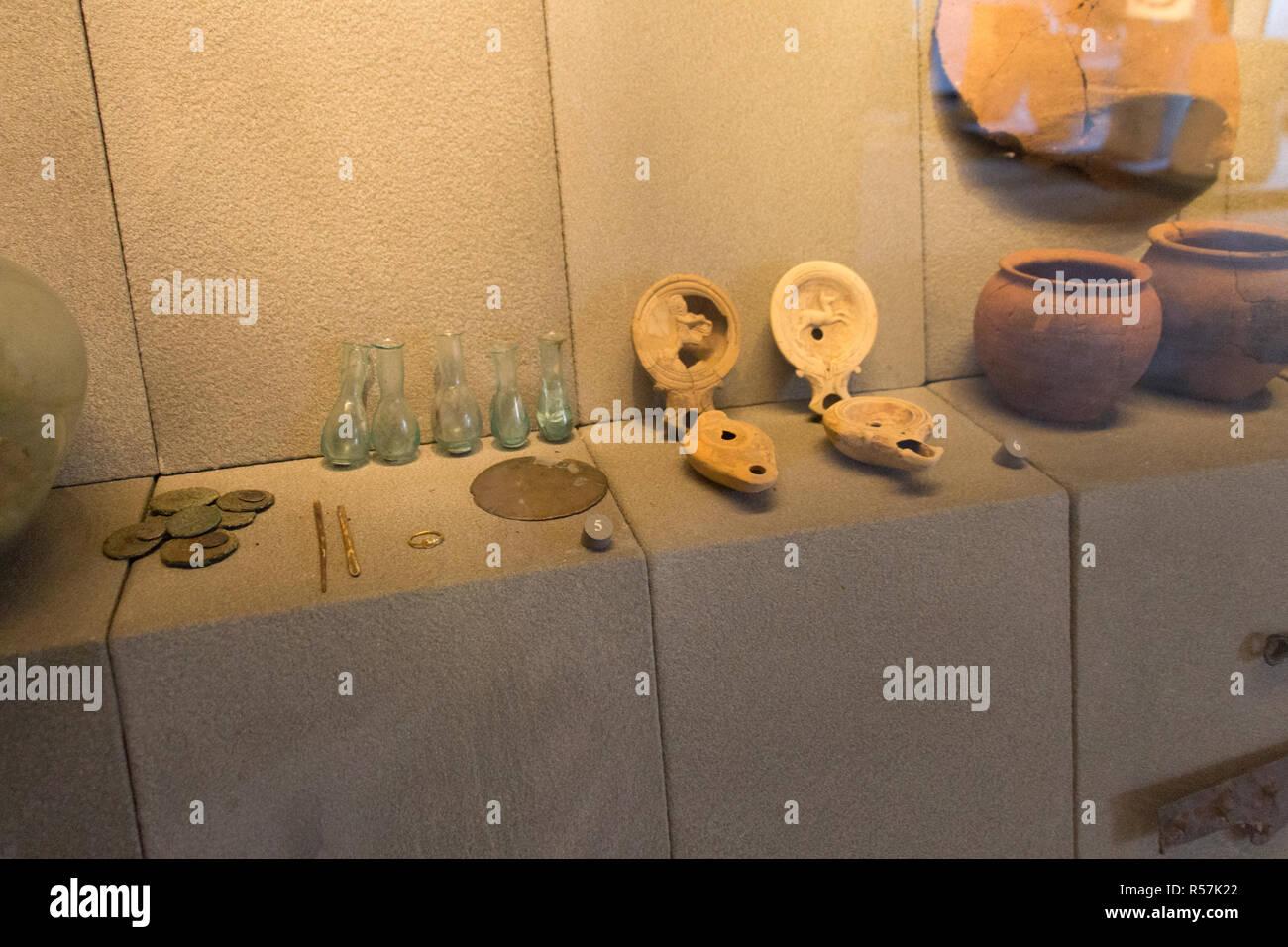 L'Italia, Brescia - 24 dicembre 2017: la vista di antichi oggetti di uso quotidiano nel Museo di Santa Giulia il 24 dicembre 2017 a Brescia, Lombardia, ho Immagini Stock