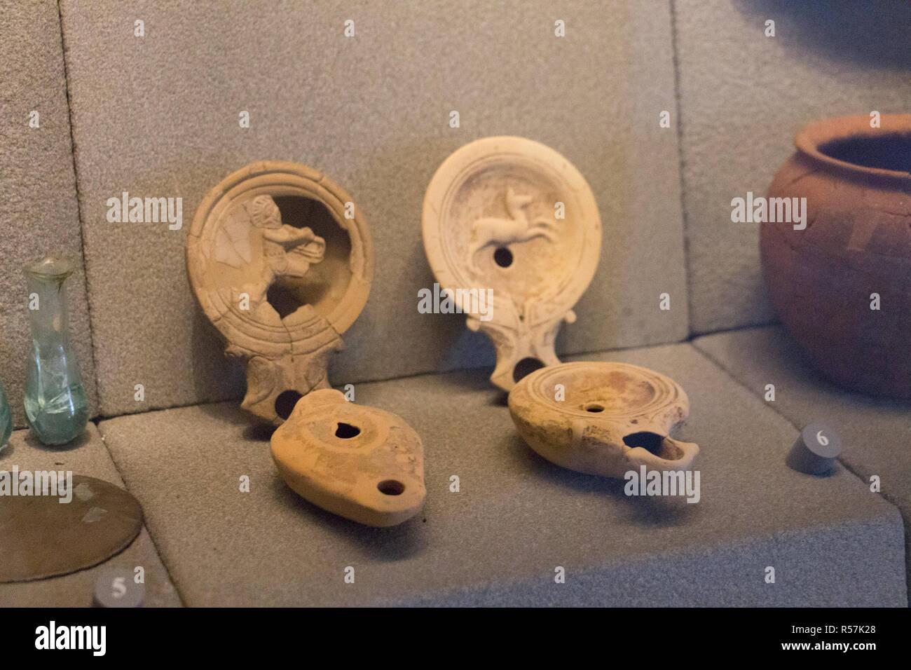 L'Italia, Brescia - 24 dicembre 2017: la vista di antichi oggetti di uso quotidiano nel Museo di Santa Giulia il 24 dicembre 2017 a Brescia, Lombardia. Immagini Stock