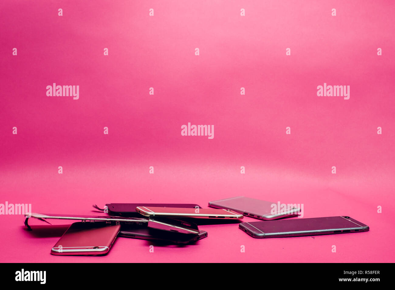 Rotto Il Telefono Cellulare Si Trova Su Un Sfondo Rosa Foto