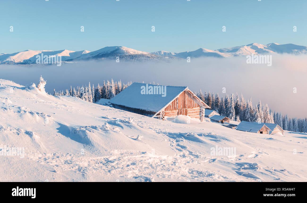 Case Di Montagna A Natale : Fantastico paesaggio invernale con casa in legno in montagna