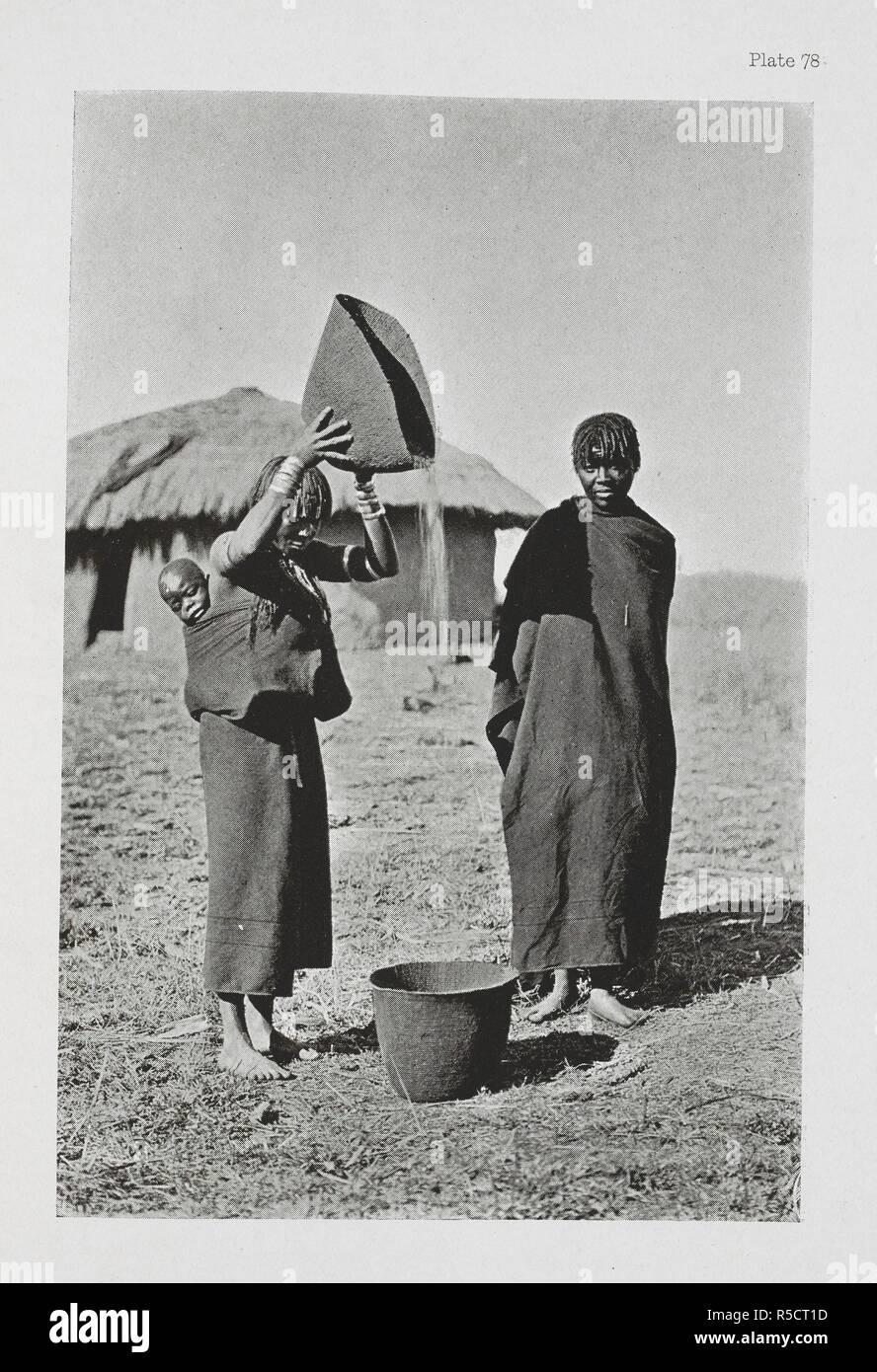 Una donna Pondo spulatura il mais. L'essenziale Kafir ... Con un centinaio di full-page illustrazioni dall'autore. Londra : Adam & Charles Black, 1904. Fonte: 10096.h.20 piastra 78. Autore: Kidd, Dudley. Immagini Stock