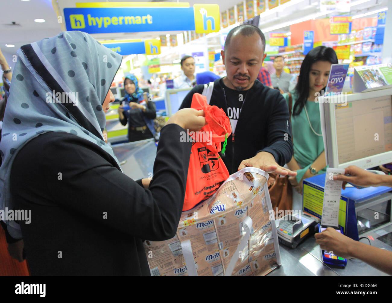 Bogor, West Java, Indonesia. Il 1 dicembre 2018. Il sindaco di Bogor, Bima Arya (C) era visto azienda eco-friendly sacchetti, riciclaggio dei risultati di Bogor residenti 'creatività durante la socializzazione senza l'uso di sacchetti di plastica nel mercato moderno.Il Bogor governo della città è ufficialmente vietato l'uso di sacchetti di plastica nel moderno, vendita al dettaglio e centri commerciali per ridurre i rifiuti in plastica dell'inquinamento. Credito: ZUMA Press, Inc./Alamy Live News Immagini Stock