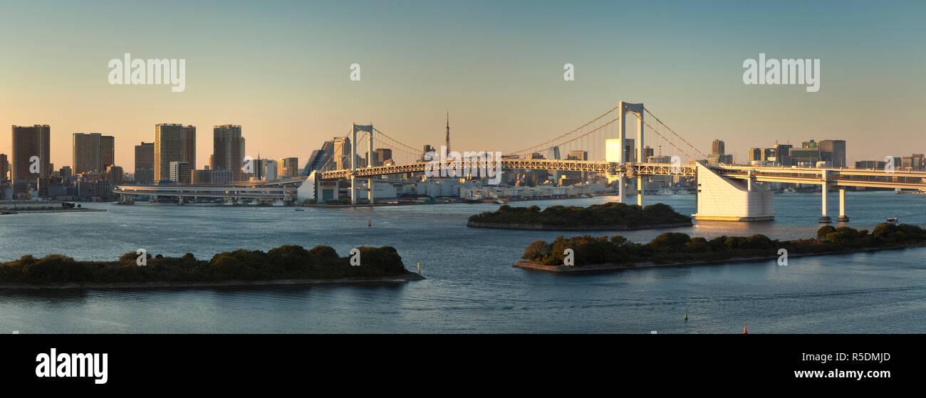 Rainbow Bridge e della Baia di Tokyo da Odaiba, presso Tokyo, Giappone Immagini Stock