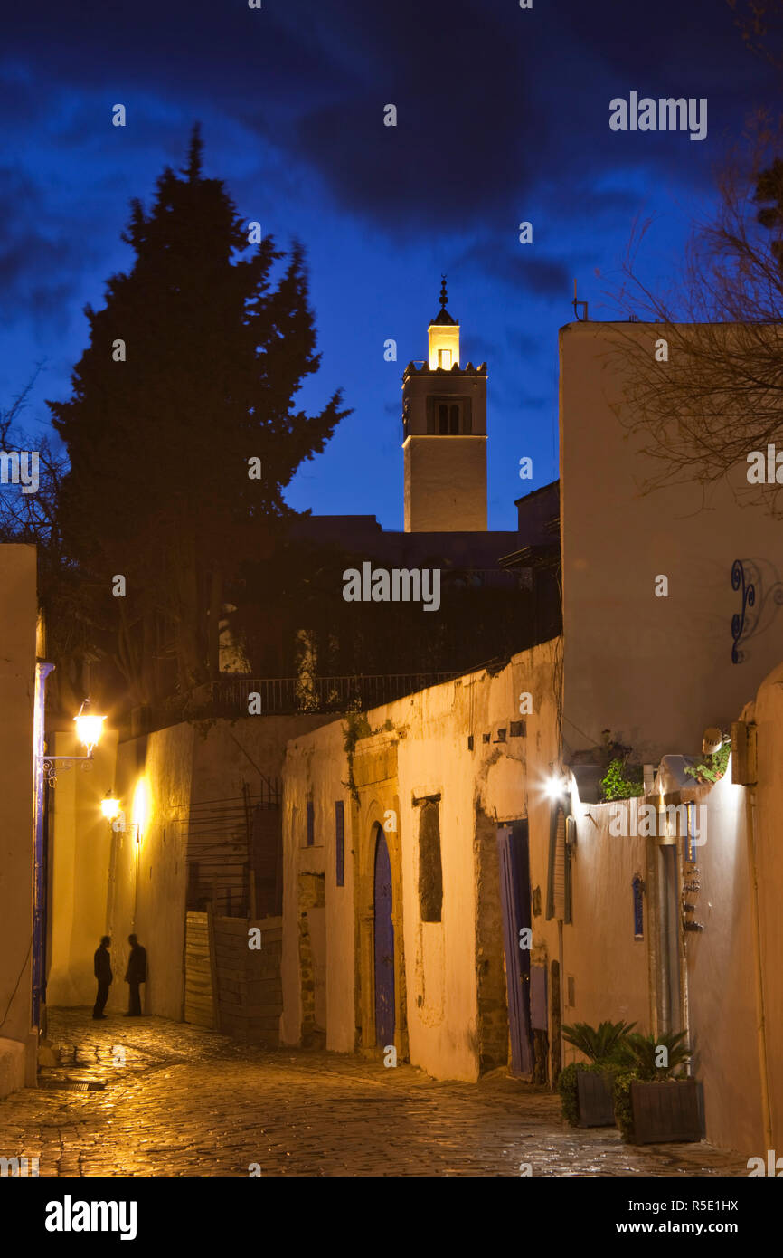 La Tunisia, Sidi Bou Said, street e moschea, sera Immagini Stock