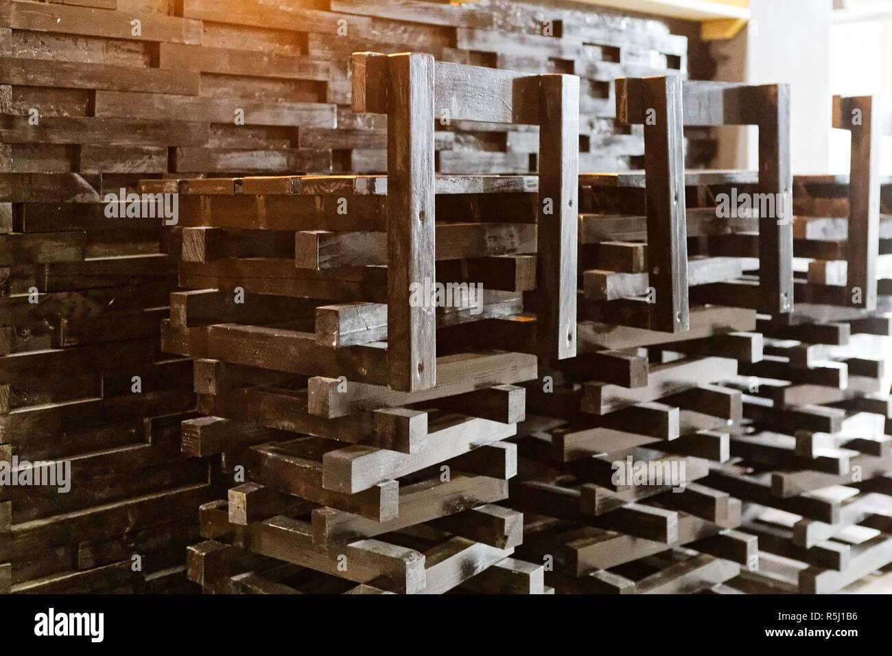Fila di sgabelli in legno nella parte anteriore del contatore di