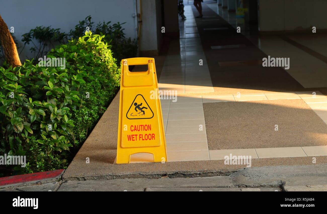 Foto pavimento bagnato immagini e vettoriali