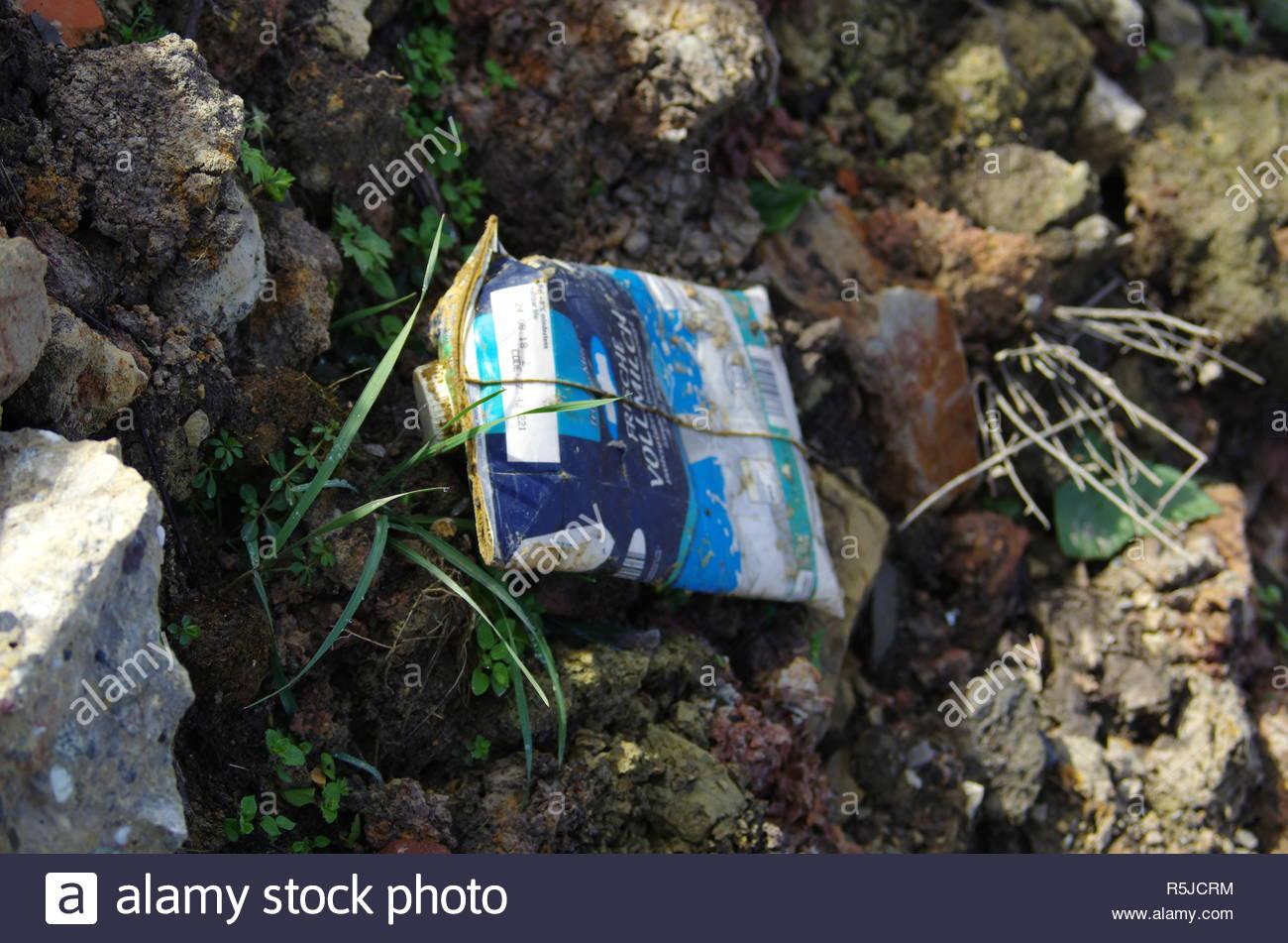 Il dimenticata garbage nel verde prato Immagini Stock
