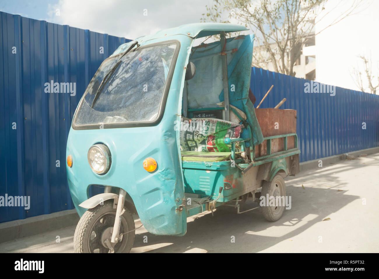 Ecco una foto di un tre ruote scooter in Cina. Foto Stock