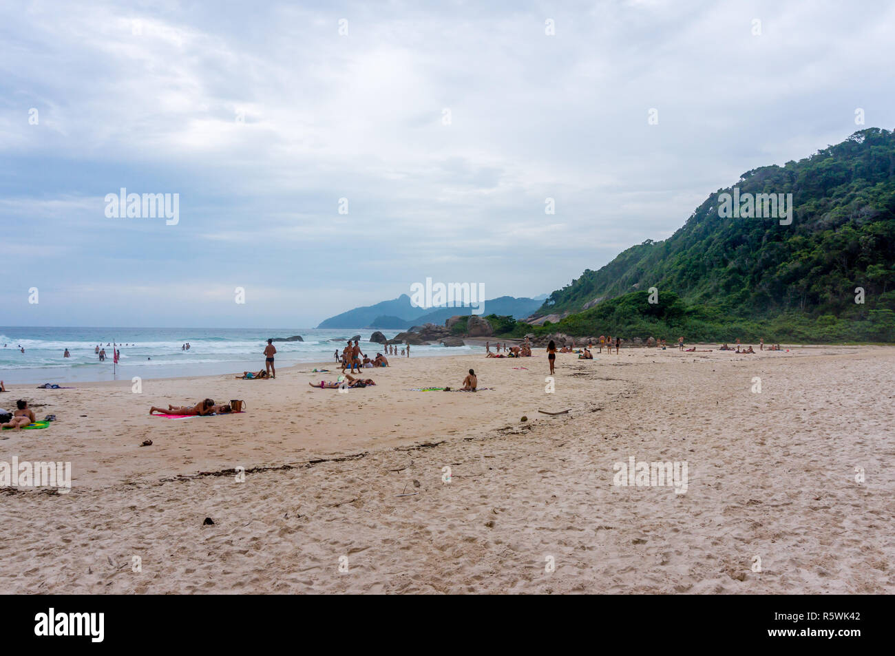 La gente a prendere il sole sul Lopes Mendes Beach, Ilha Grande, Brasile Immagini Stock