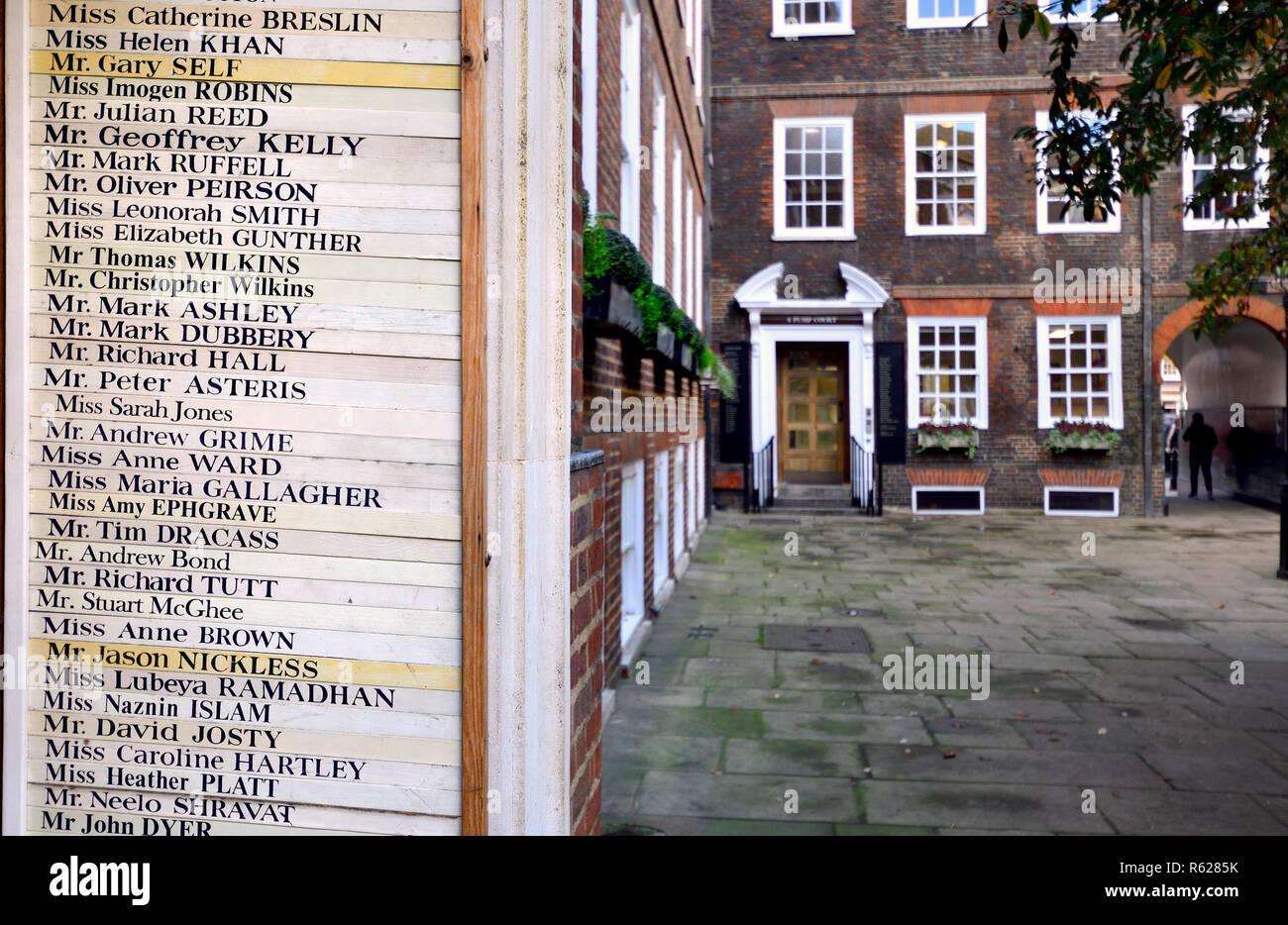 Elenco dei professionisti legali lavora nelle camere nella corte della pompa, INNER TEMPLE DI LONDRA, INGHILTERRA, Regno Unito. Immagini Stock