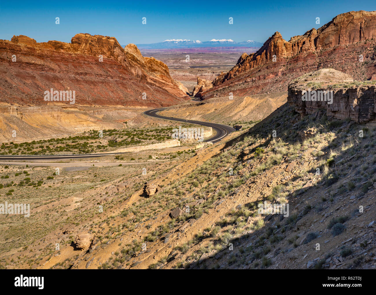 I-70 Interstate Freeway in Spotted Wolf Canyon, attraversando San Rafael Reef scogliere, San Rafael Swell area Altopiano del Colorado, Utah, Stati Uniti d'America Immagini Stock