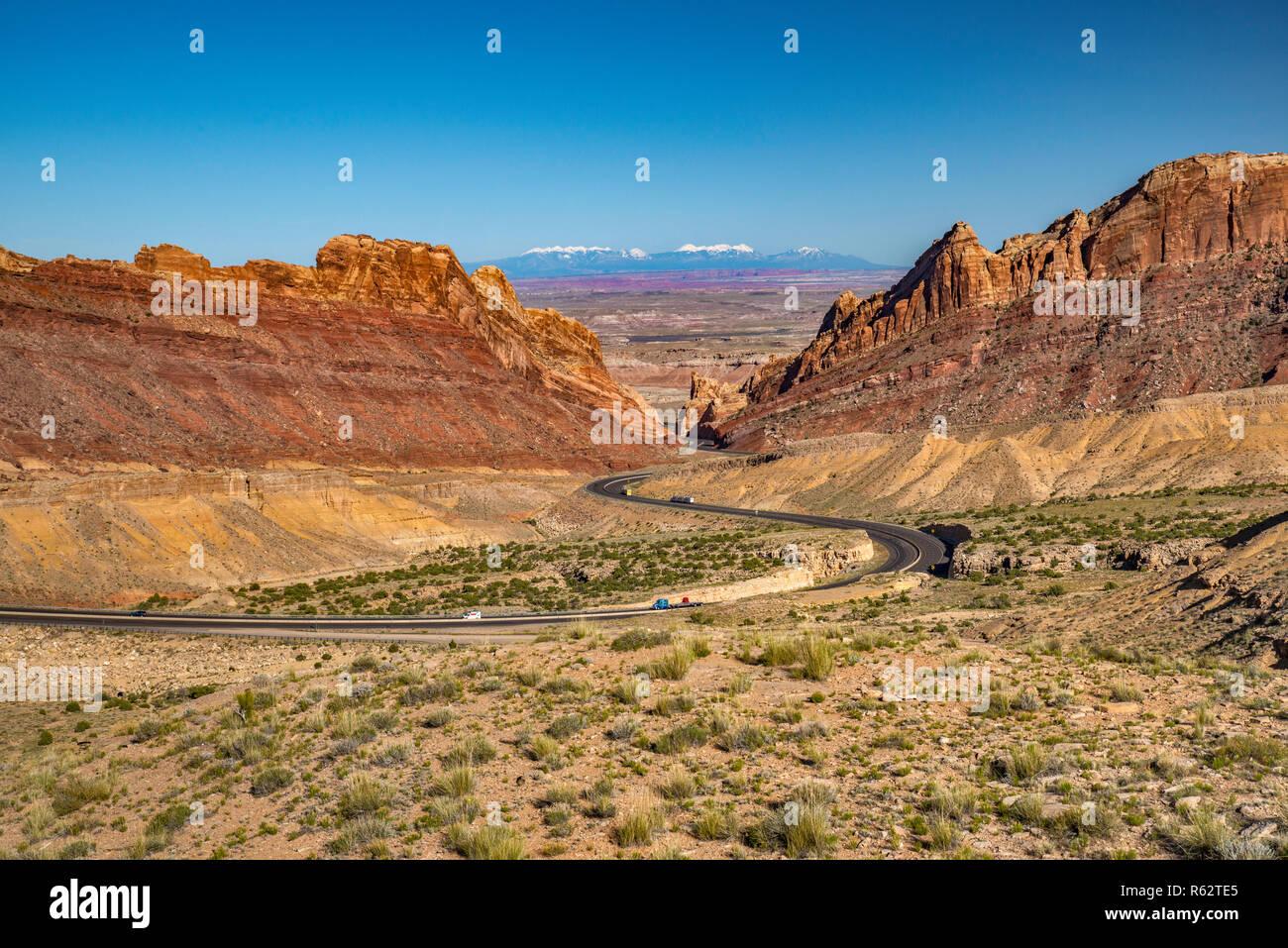 I-70 Interstate Freeway in Spotted Wolf Canyon, attraversando San Rafael Reef scogliere, San Rafael Swell area Altopiano del Colorado, Utah, Stati Uniti d'America Immagini Stock