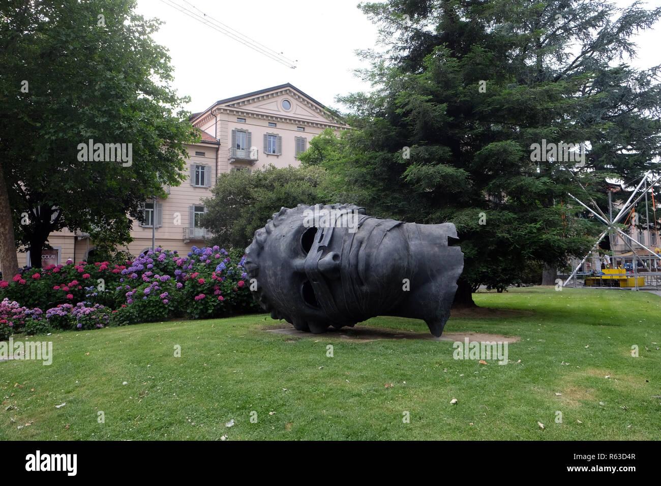 """Celebre monumento a forma di testa denominata """"Eros bendato' artista Igor Mitoraj a Lugano, Svizzera Immagini Stock"""