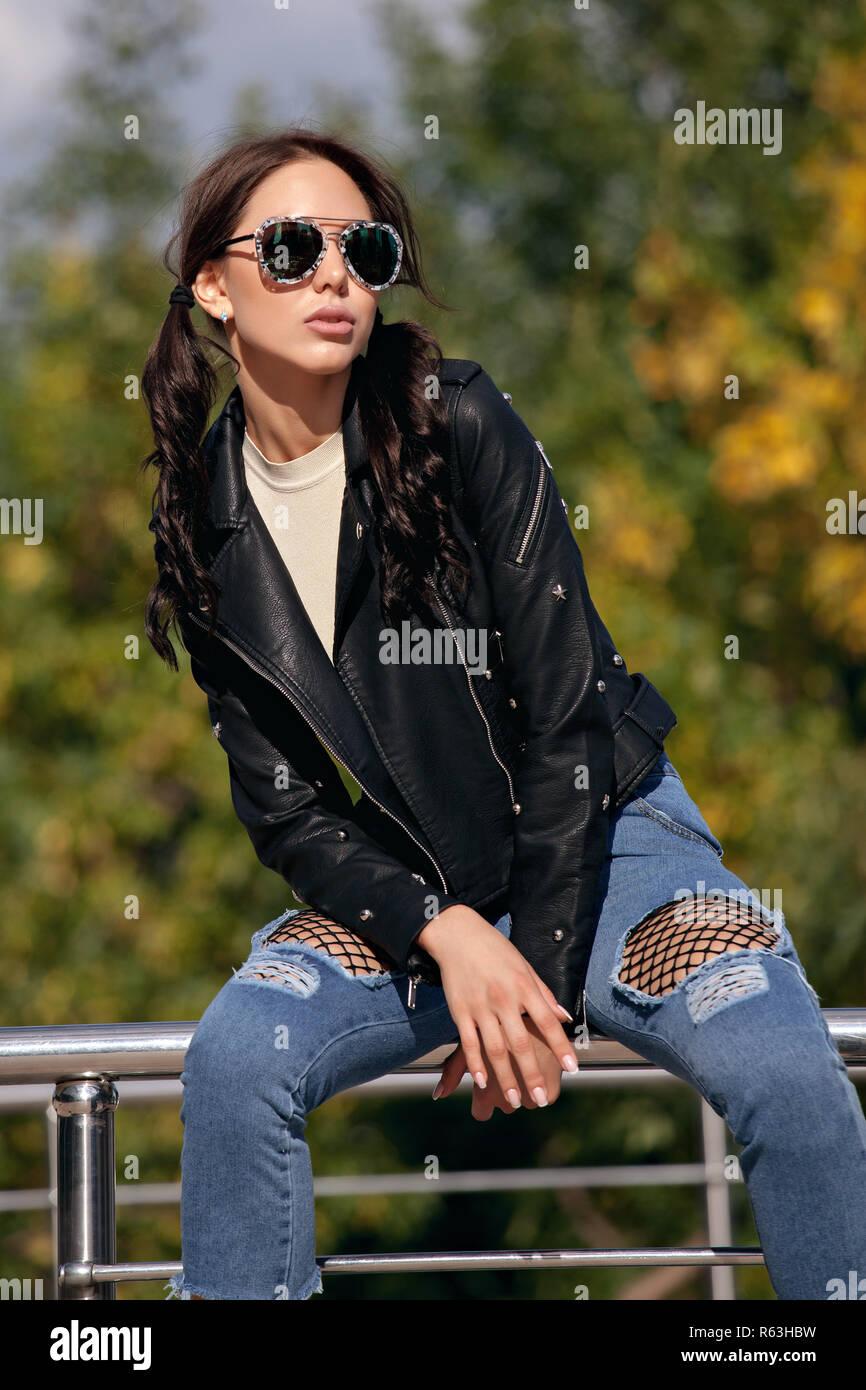 c60ccab717 Moda giovane donna in stile rock vestiti, nero giacca di pelle, blue ...