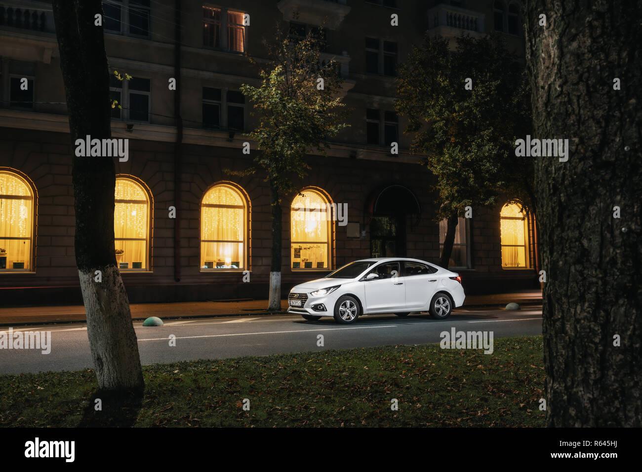 Polack, Bielorussia - 9 Settembre 2018 : Urban car Hyundai Accent Varna o Solaris 2017 nella città di notte Immagini Stock