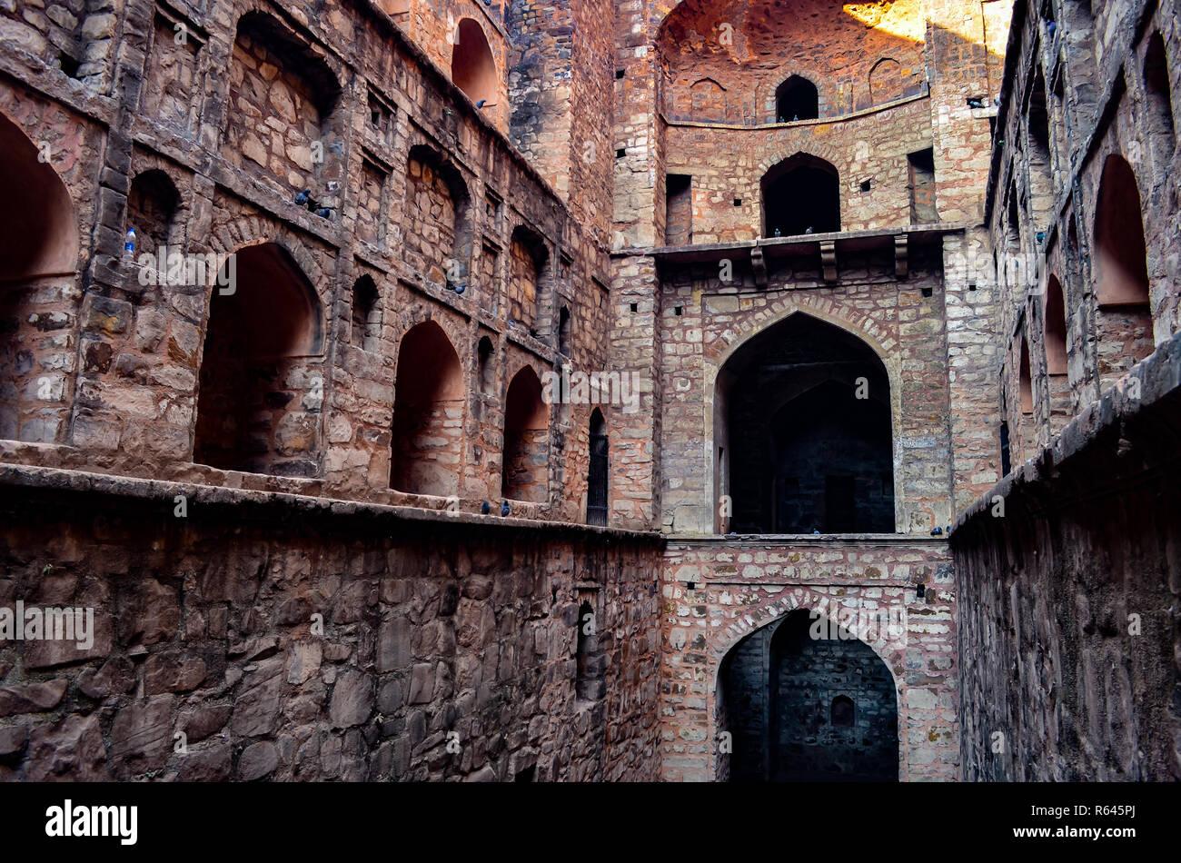 Vista laterale di Ugrasen ki Baoli, un antico pozzo di acqua costruito da Ugrasen in Connaught Place, Delhi. Immagini Stock