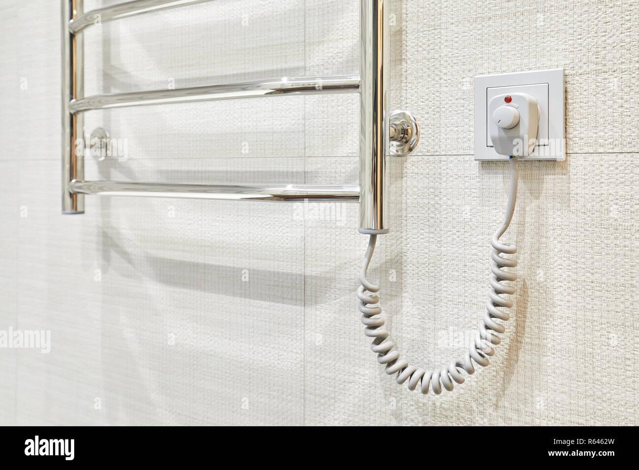 Portasciugamani Bagno Muro : Moderno e portasciugamani riscaldato sulla presa in piastrelle del