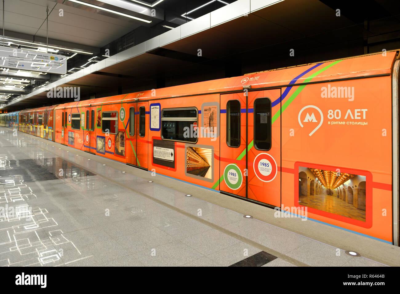"""Govorovo, stazione Kalininsko-Solntsevskaya sulla linea della metropolitana di Mosca ha aperto il 30 agosto 2018. Treno tematica '80 anni il ritmo del capitale"""" Foto Stock"""
