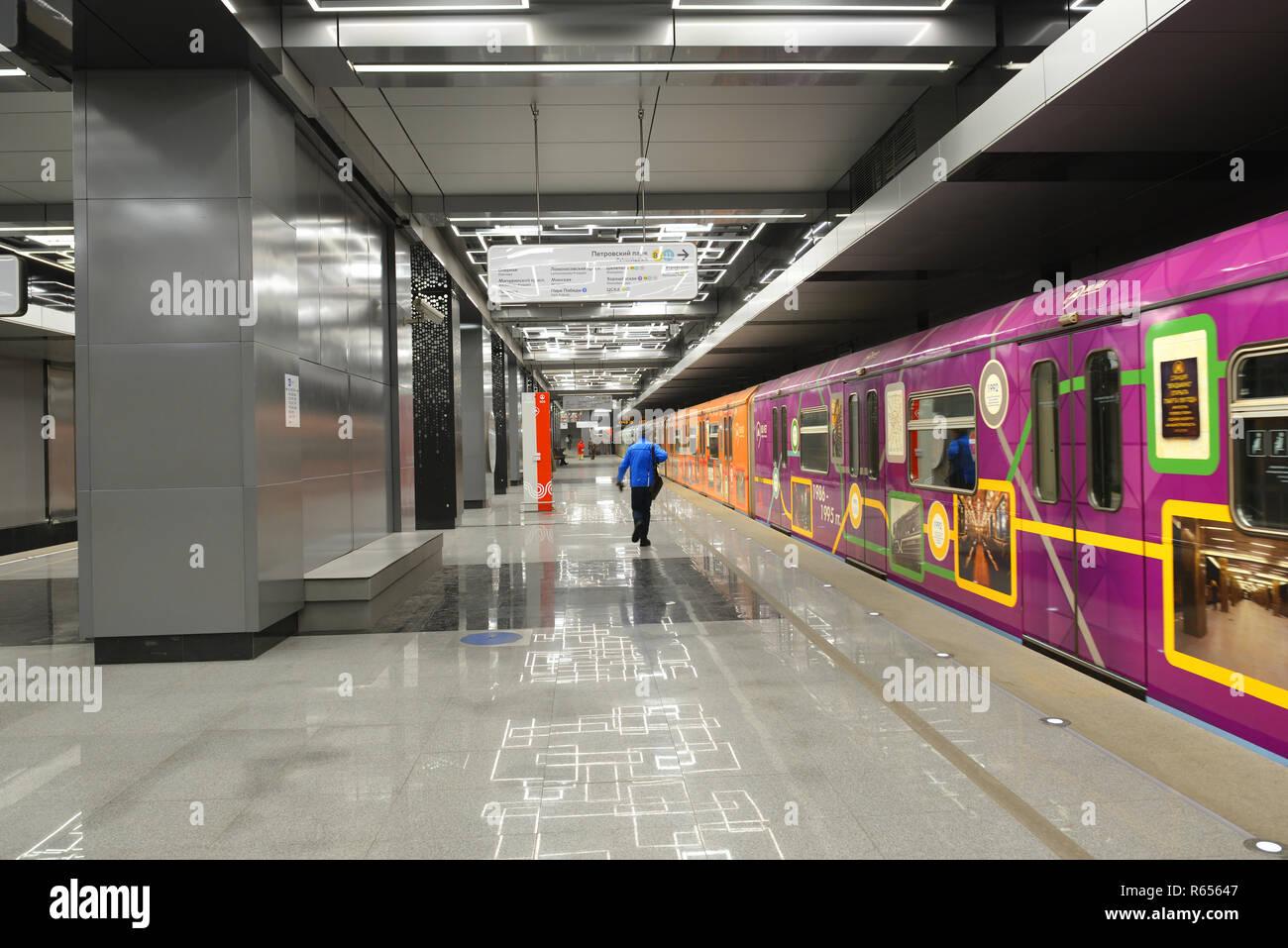Govorovo, stazione Kalininsko-Solntsevskaya sulla linea della metropolitana di Mosca ha aperto il 30 agosto 2018. Treno tematica '80 anni nel ritmo della capitale Foto Stock