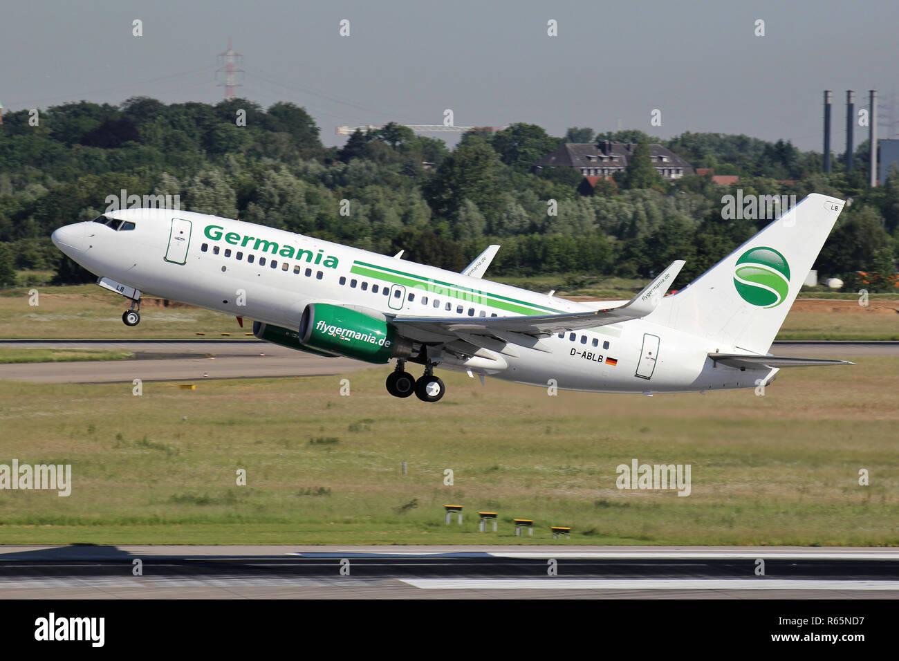 Il tedesco Germania Boeing 737-700 con registrazione D-ABLB appena airborne presso l'aeroporto di Dusseldorf. Immagini Stock
