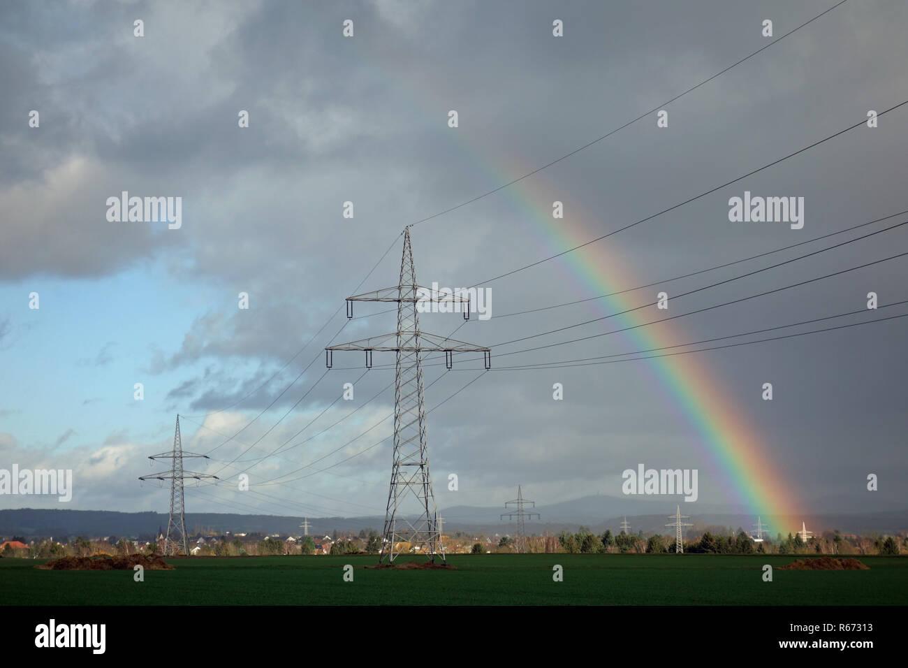 Rainbow con linee elettriche ad alta tensione Foto Stock