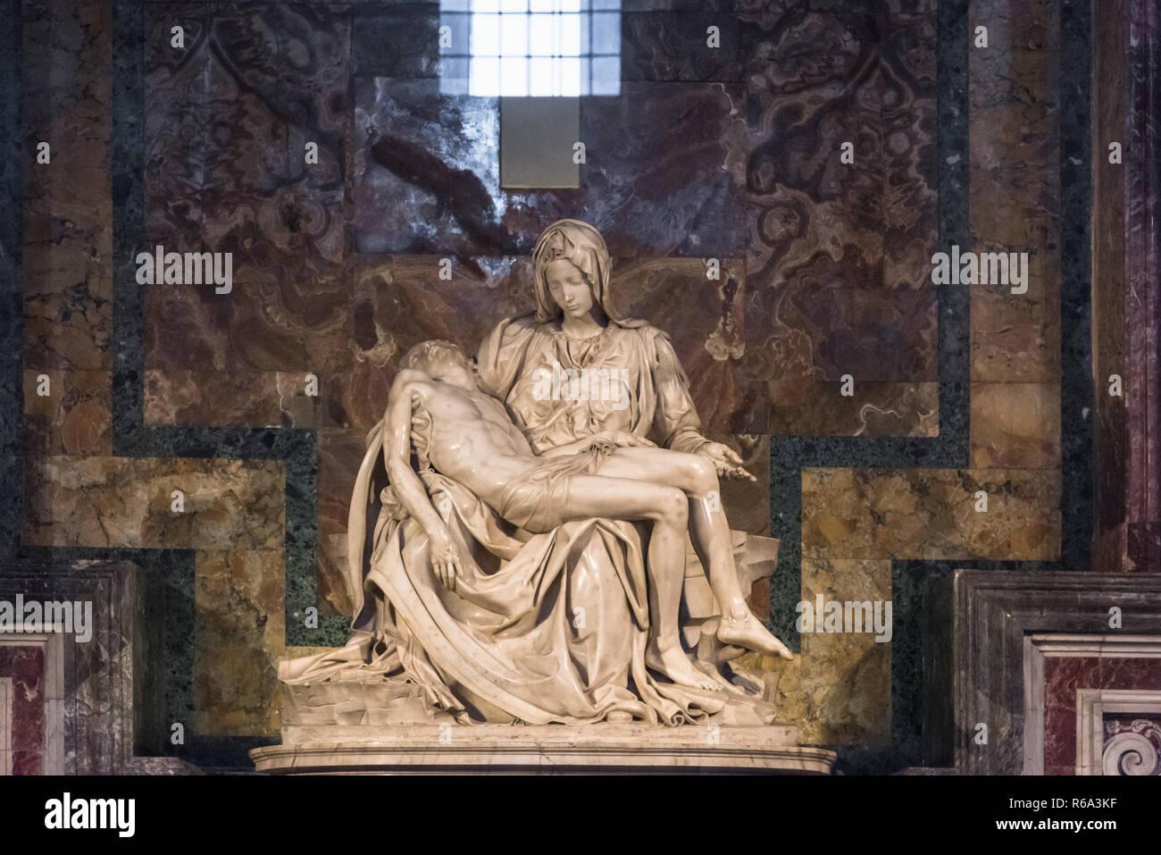 La Pietà di Michelangelo e la Basilica di San Pietro e la Città del Vaticano, Roma, Italia Immagini Stock