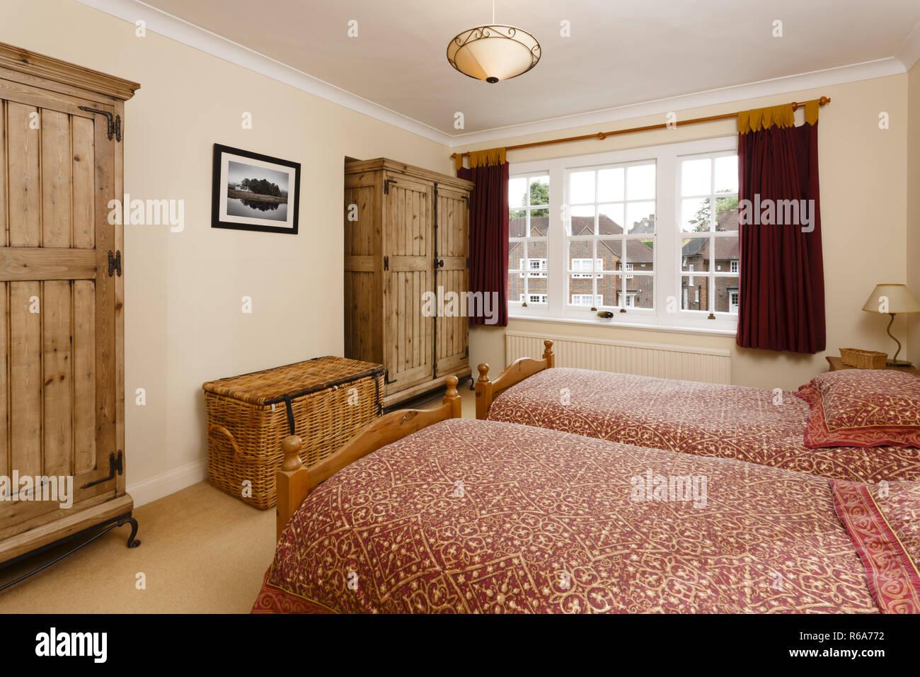 Camera da letto con mobili in legno con antichi armadi di pino foto