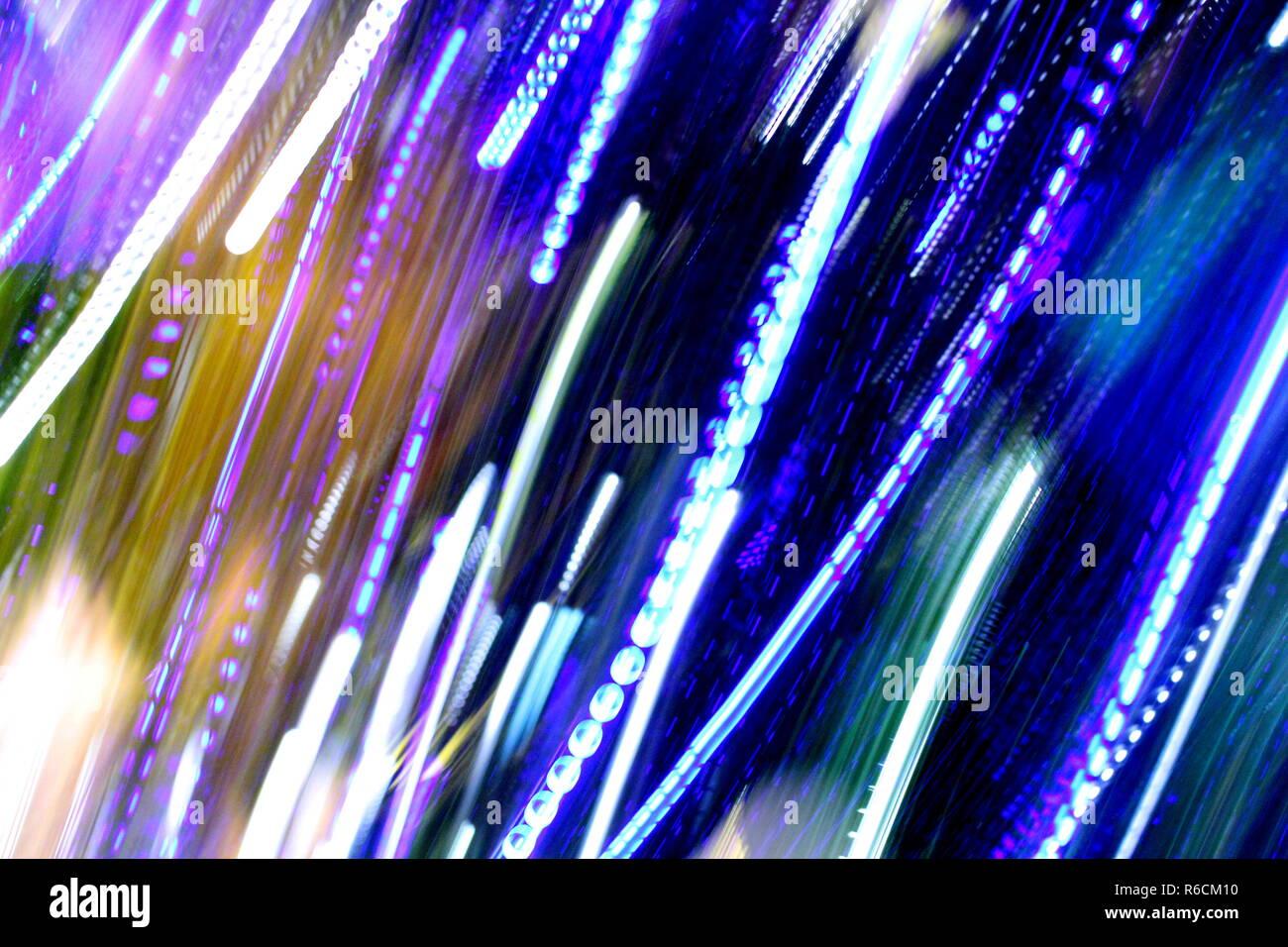 Abstract sfondo sfocato e colorati di velocità e movimento luci, Multi tonica luci colorate, misti blu, viola, verde e oro luci sfocate Foto Stock