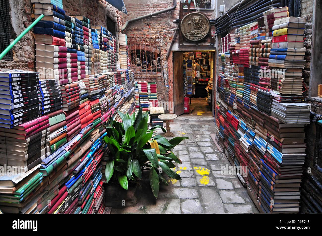 9f617c0b2645f I libri sono in vendita in una libreria di seconda mano a Venezia ...