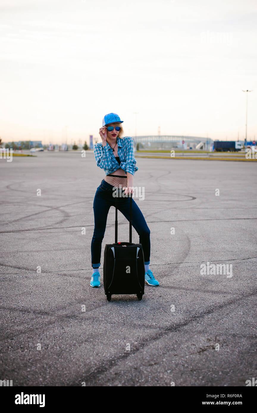 Slim giovane donna vestita di azzurro controllato shirt