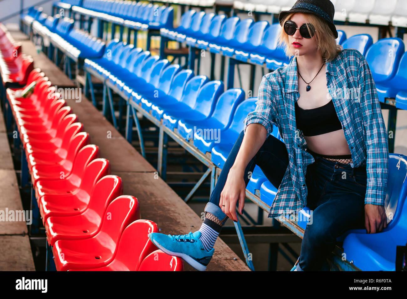 Slim giovane donna vestita di azzurro controllato camicia