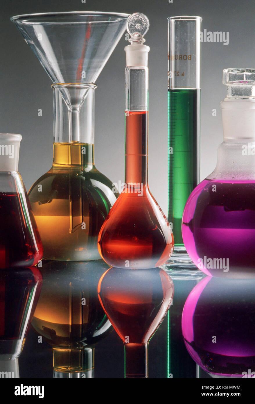 Diversi bicchieri colorati e chimica in laboratorio, concetto Immagini Stock