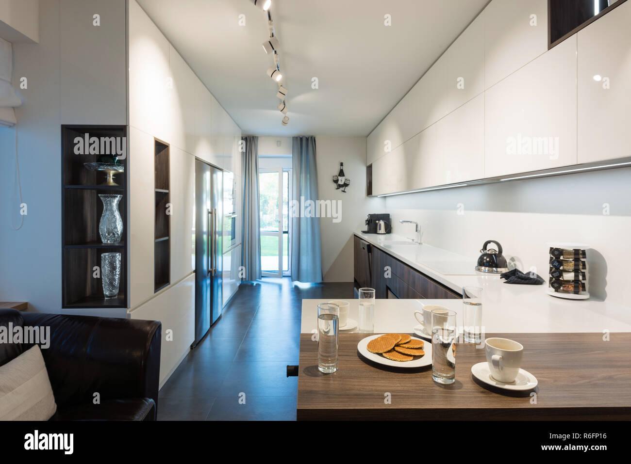 Interno della cucina moderna con gli elettrodomestici ad incasso ...