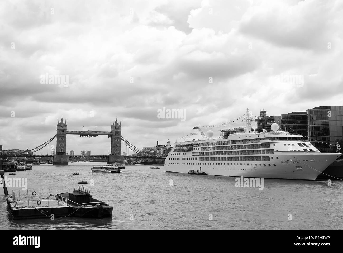 Cruise Ship On River Thames Immagini Cruise Ship On River Thames