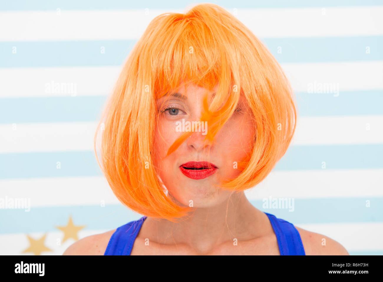 Quando la festa è finita. caos. crazy girl Blow Hair e ha nel caos. il caos nel concetto di vita. non hanno tempo per acconciatura. Dopo anniversario. crazy ragazza con desheveled capelli arancione. Immagini Stock