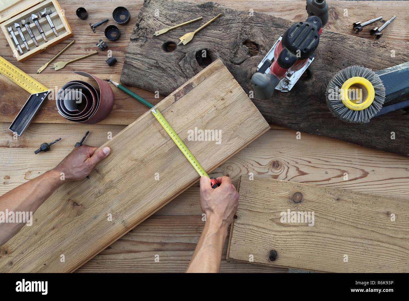 Assi Di Legno Rustiche : Falegname mani lavorano il legno misurando con il metro a nastro