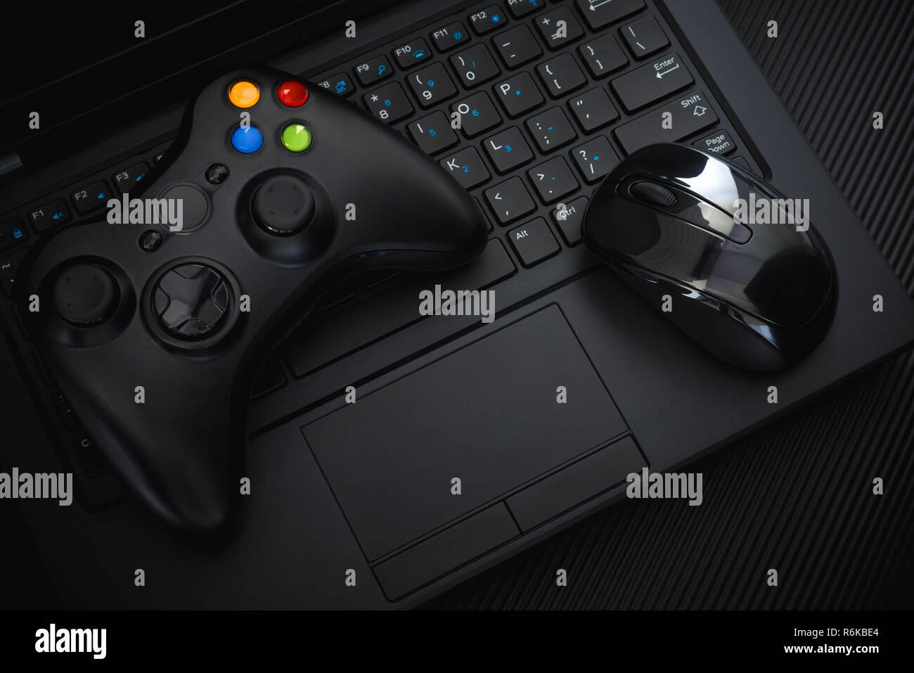 Gamepad E Mouse Sulla Tastiera Del Pc Su Sfondo Nero Video Game