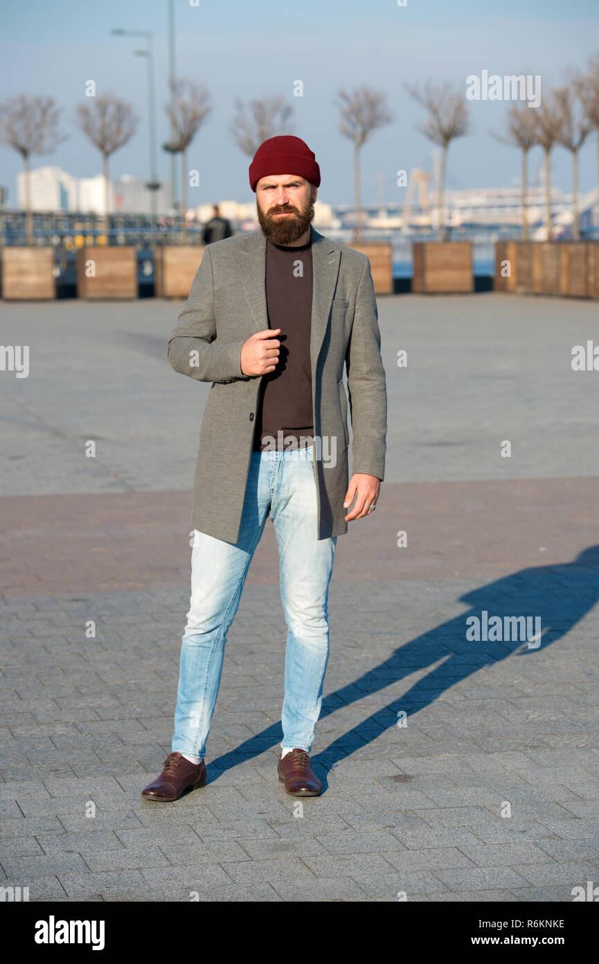 0cc808b07c8a Hipster vestito. Elegante Abito casual per autunno e inverno. Abbigliamento  uomo maschio ed un concetto di moda. Uomo Barbuto hipster elegante Cappotto  alla ...