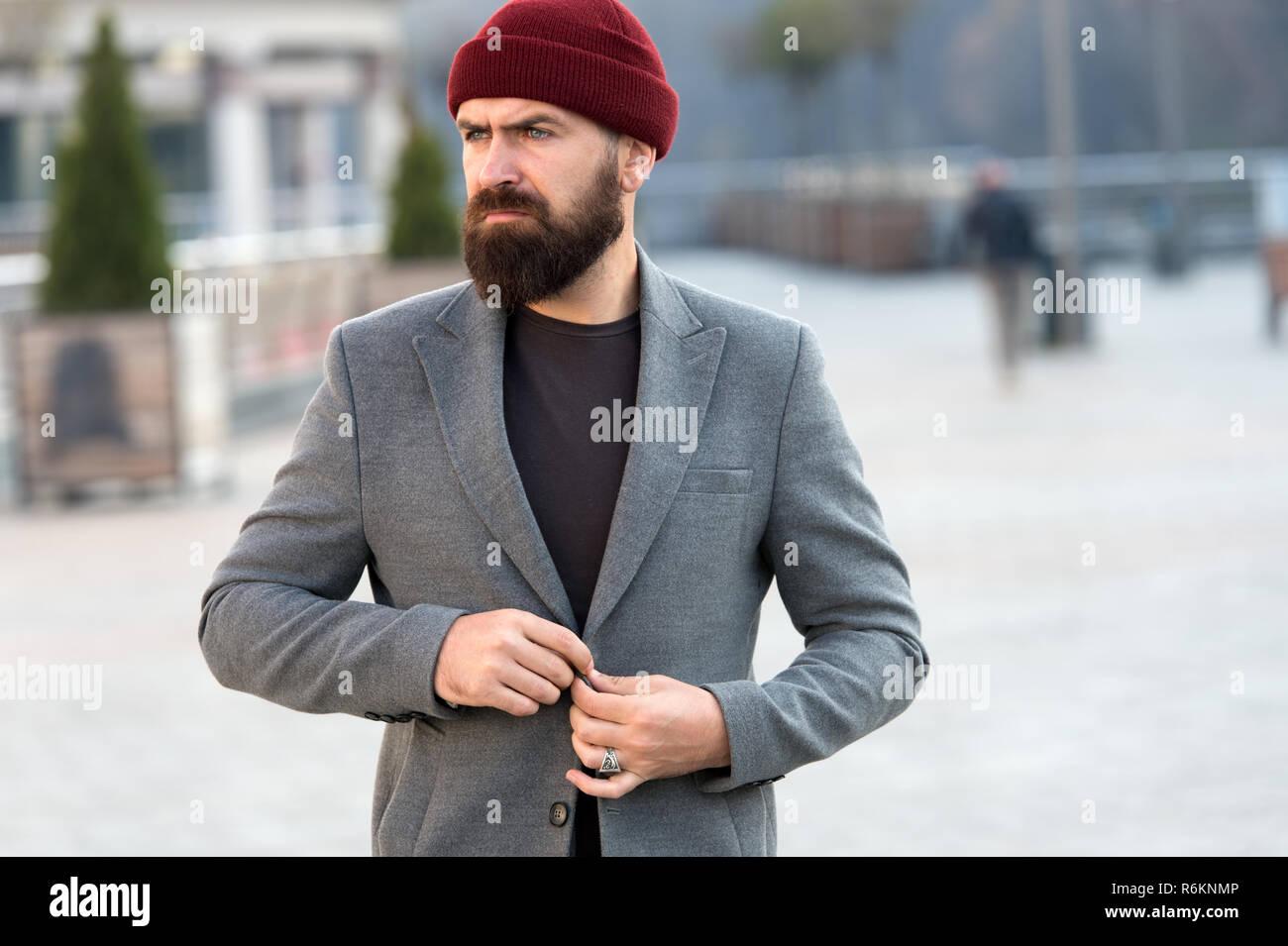 7116829bc938 Elegante Abito casual per autunno e inverno. Abbigliamento uomo maschio ed  un concetto di moda. Uomo Barbuto hipster elegante Cappotto alla moda.