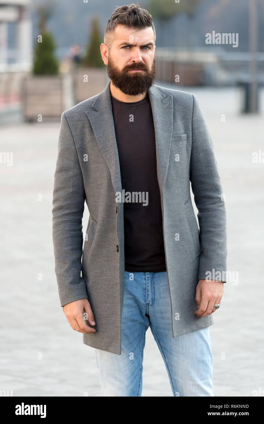 8451c51292a4 Abbigliamento uomo maschio ed un concetto di moda. Uomo Barbuto hipster  elegante Cappotto alla moda. Comoda e fresca. Il maschile abbigliamento  casual.