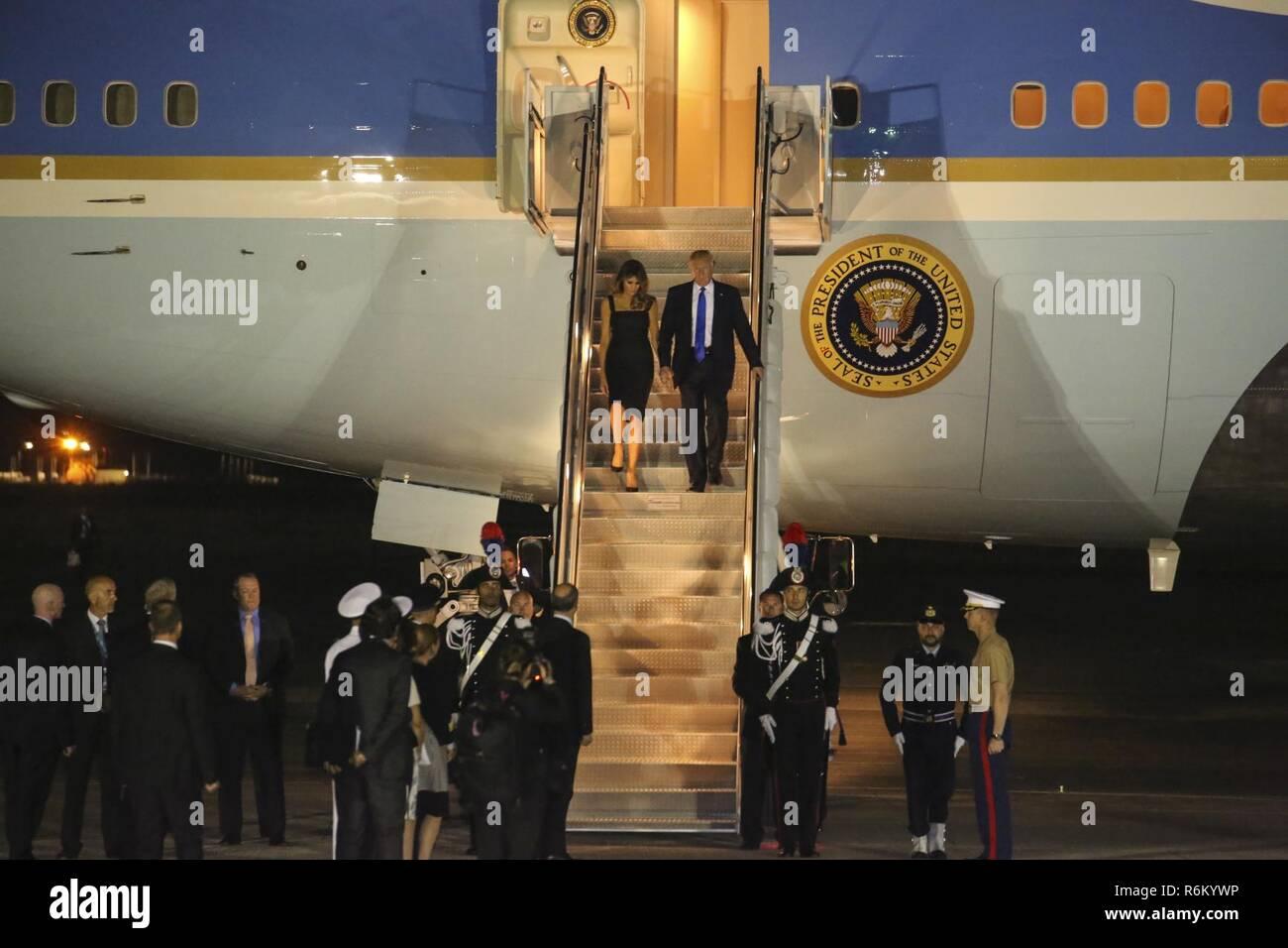 new arrival c8f3e bbe36 Presidente Donald Trump e la First Lady Melania Trump deplane Air Force One  a Naval Air Station Sigonella, Italia ...