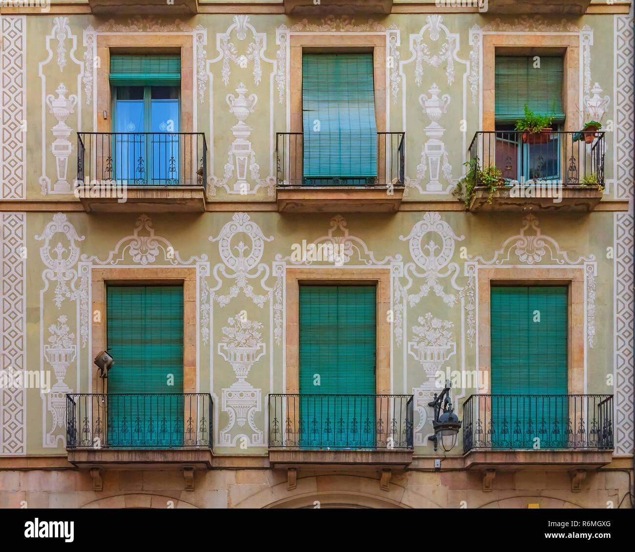 Ornati Dipinti Edificio Residenziale Di Facciata E Finestre Con