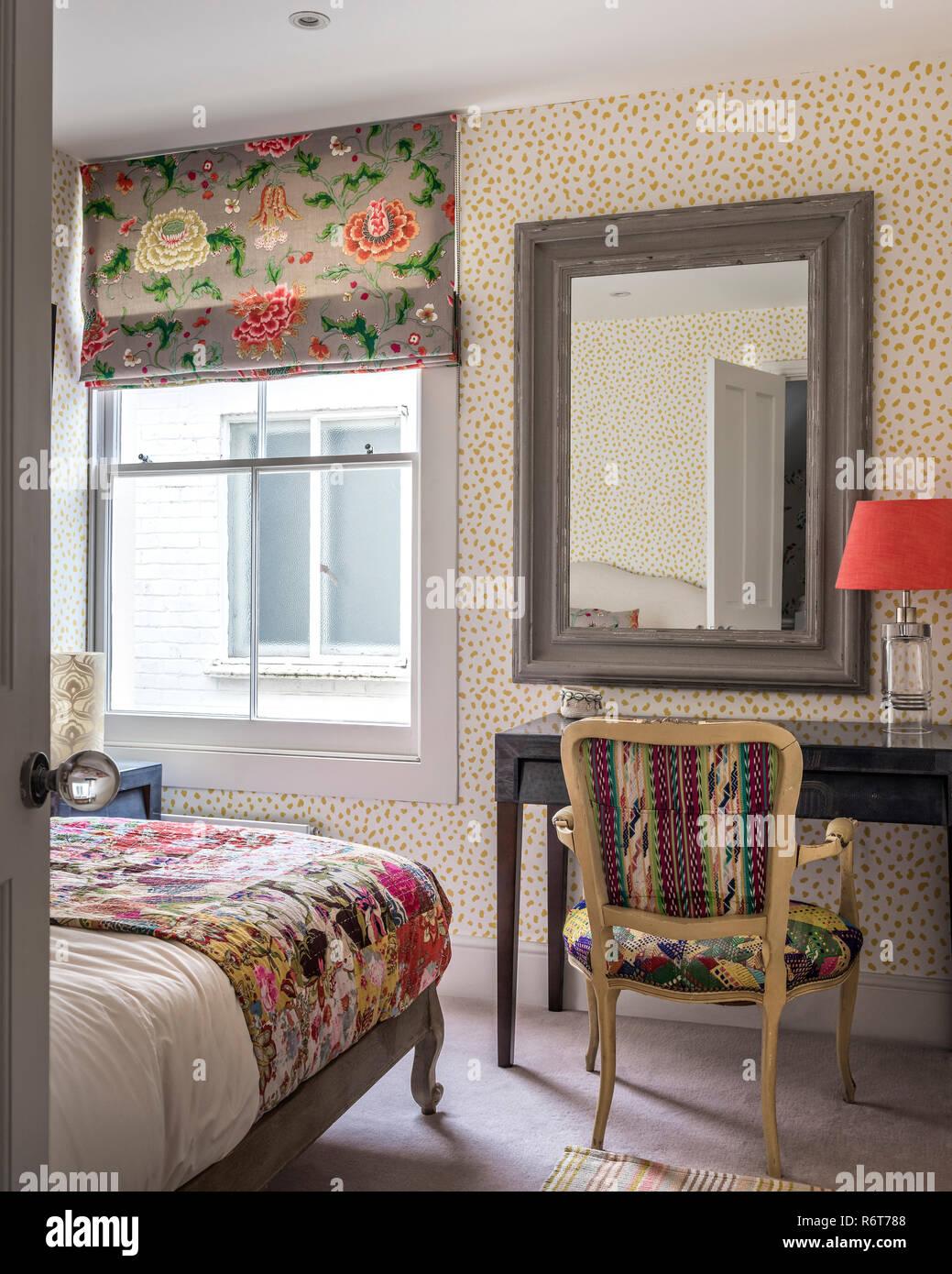 Tessuti vintage e riutilizzato sedia nella camera da letto ...