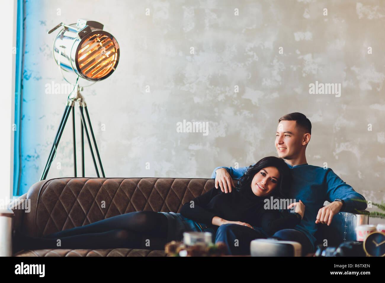 Una storia di amore di una coppia adorabile in soppalco interno. Foto Stock