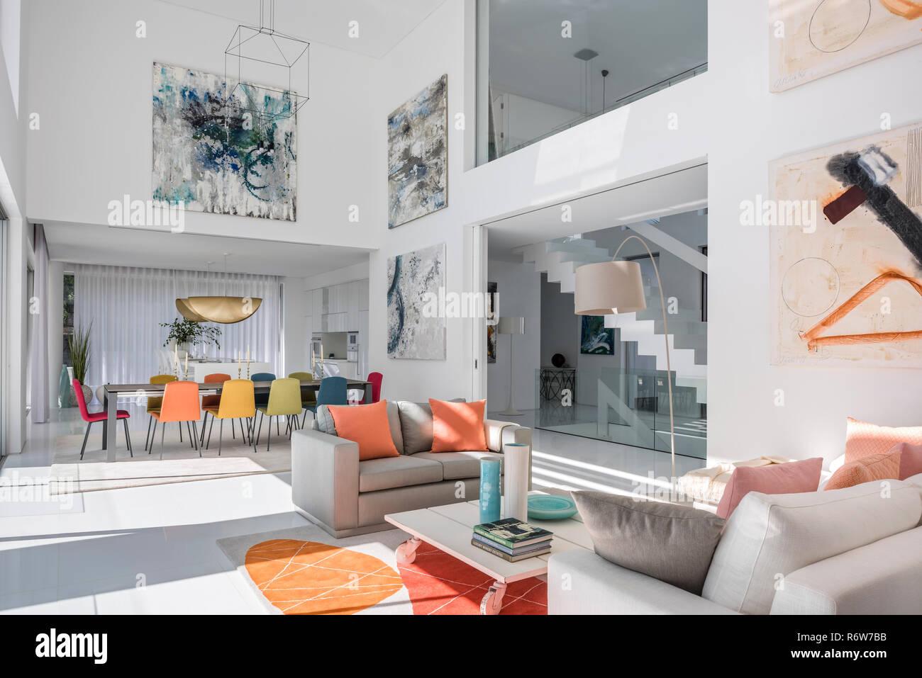 Altezza doppia soggiorno e sala da pranzo con grandi opere in nella ...